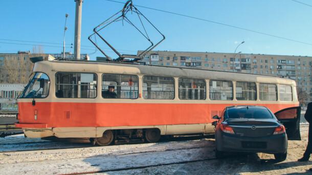 На Оболони в Киеве Opel столкнулся с трамваем