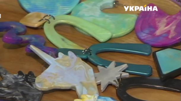 В Киеве мастерица создает украшения из хлама