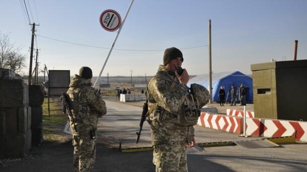 На Донбассе в очередях на линии разграничения скопилось сотни машин