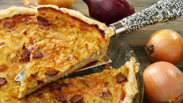 Киш Лорен с ветчиной, сыром и жареным луком