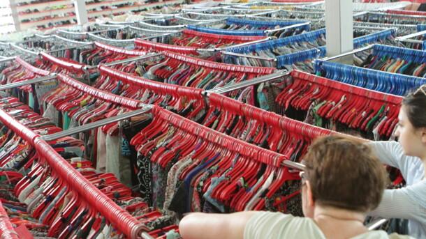 В Буче под Киевом открыли банк бесплатной одежды