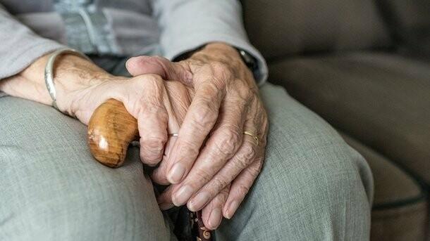 В Харьковской области мошенник под видом полицейского ограбил пенсионерку