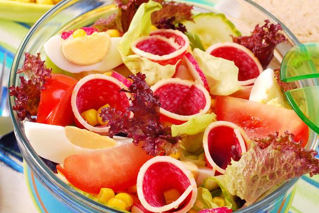 Салат на пикник с колбасой и редисом