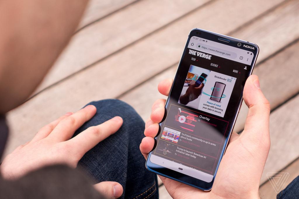 Экран смартфона обладает диагональю 5,99 дюйма с POLED матрицей и разрешением 2880×1440 пикселей