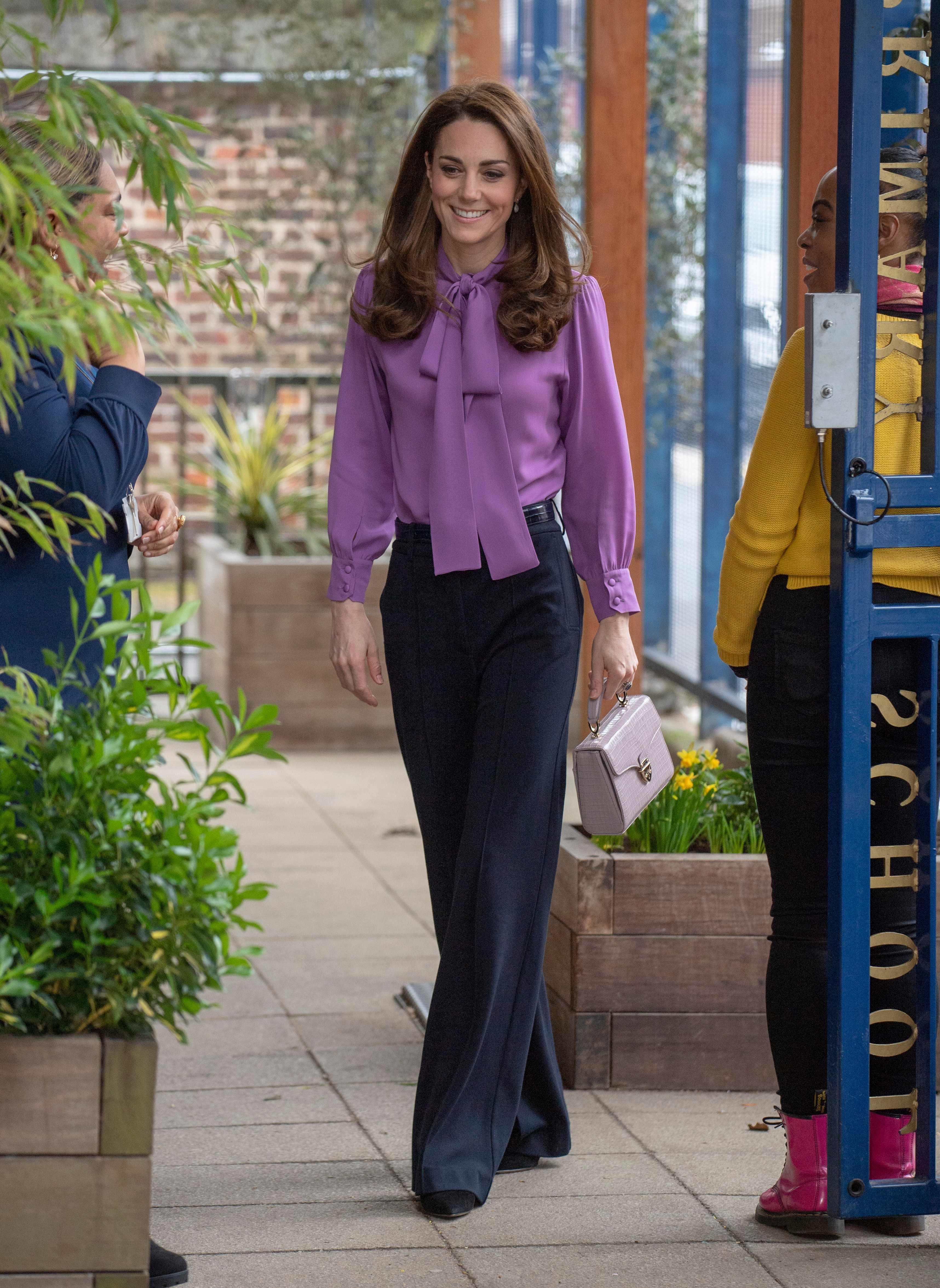 Кейт Миддлтон  в темных брюках
