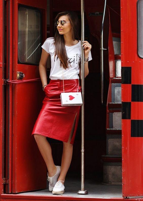 Красная кожаная юбка с белой футболкой: весенний образ