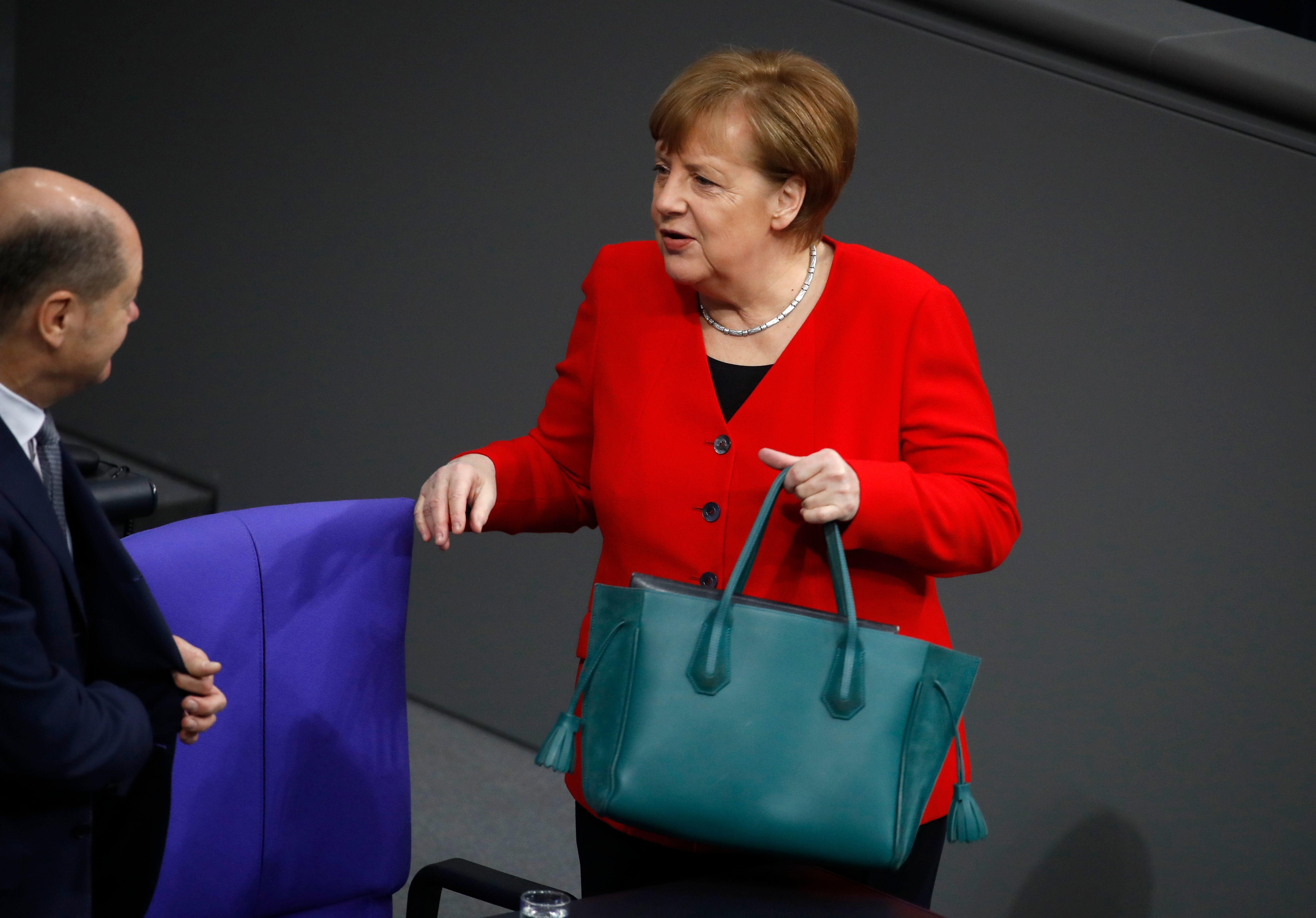 Изюминка образа немецкого политика – изумрудная сумка