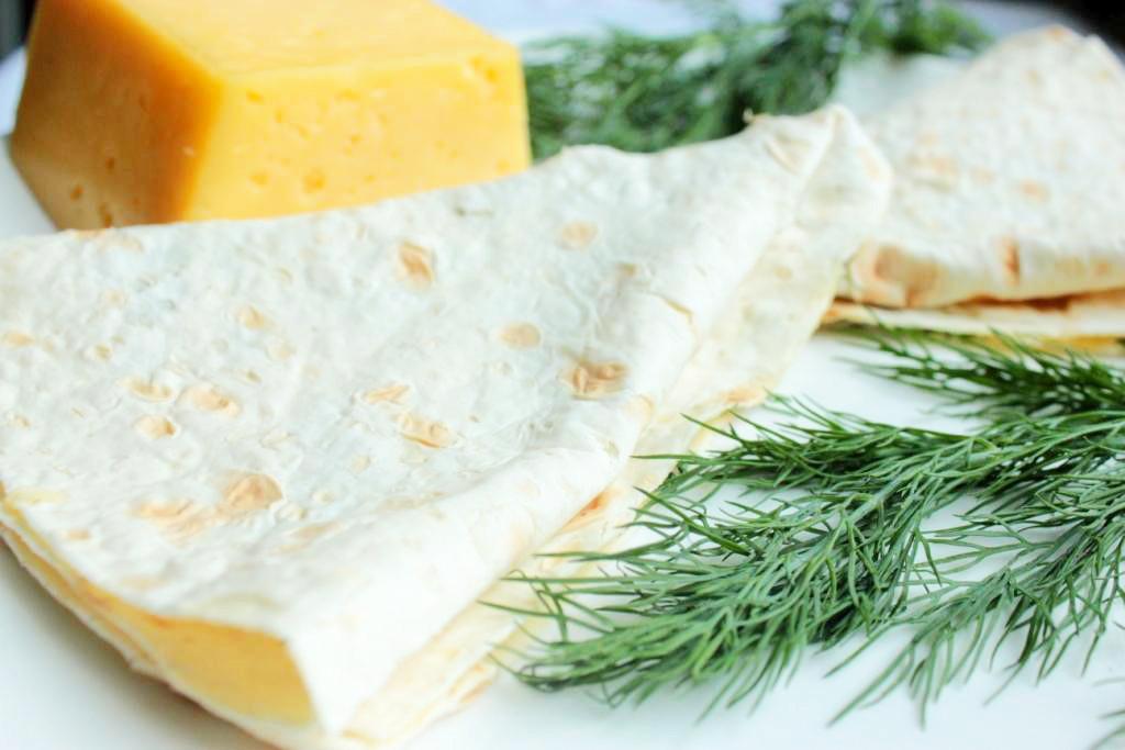 Лаваш с твердым сыром и укропом