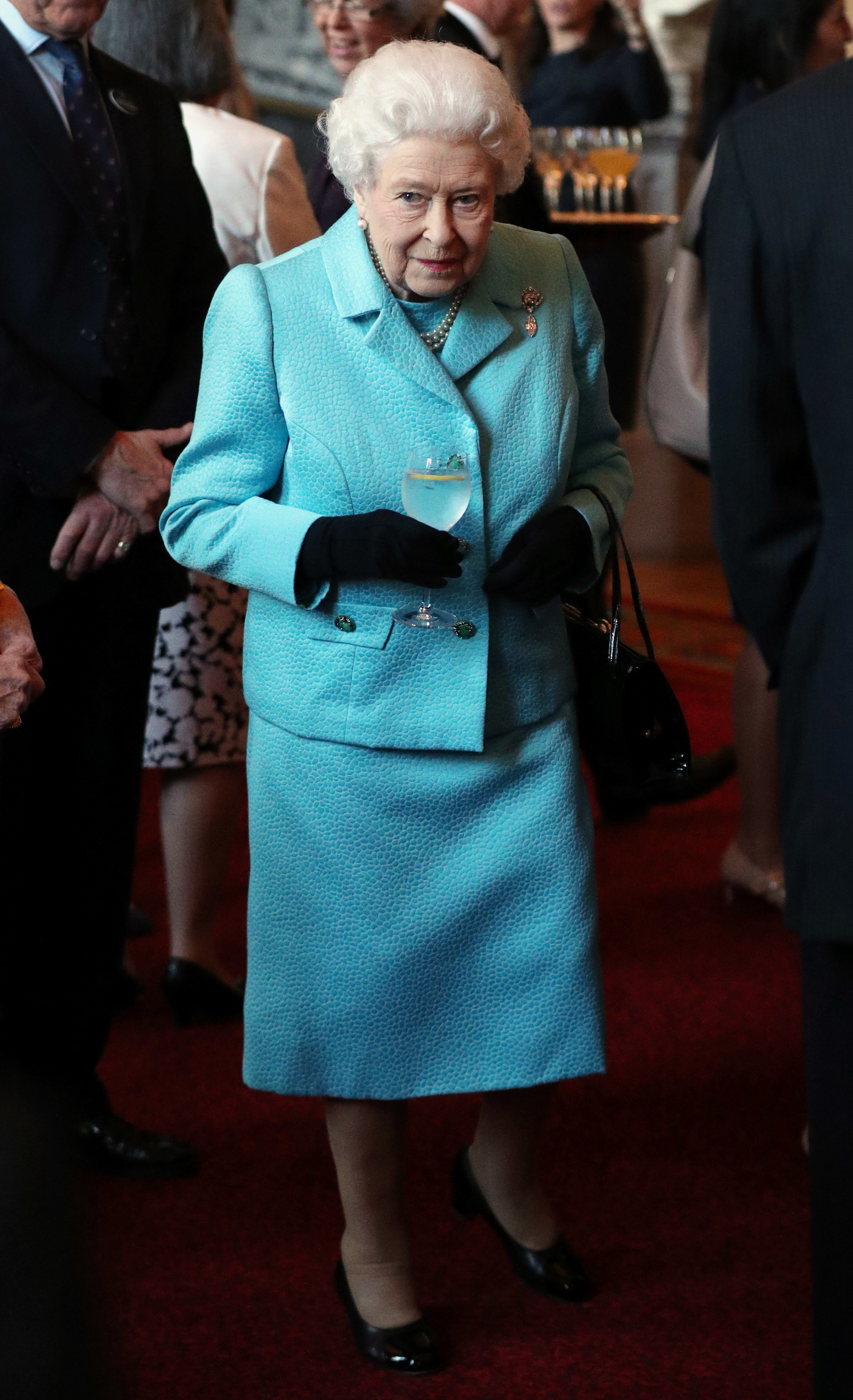 Королева Англии Елизавета II в ярко-голубом костюме с юбкой