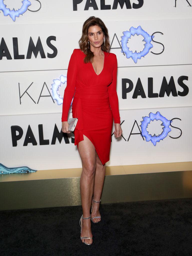 Синди Кроуфорд в облегающем красном платье с оголенными ногами