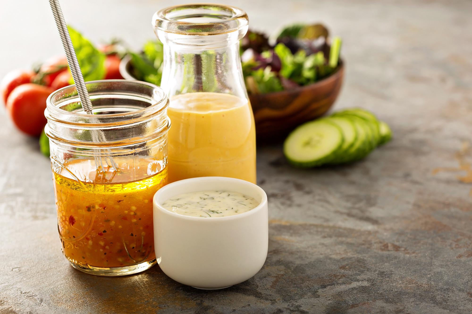 Заправки для салатов готовят на основе сметаны, майонеза и масла