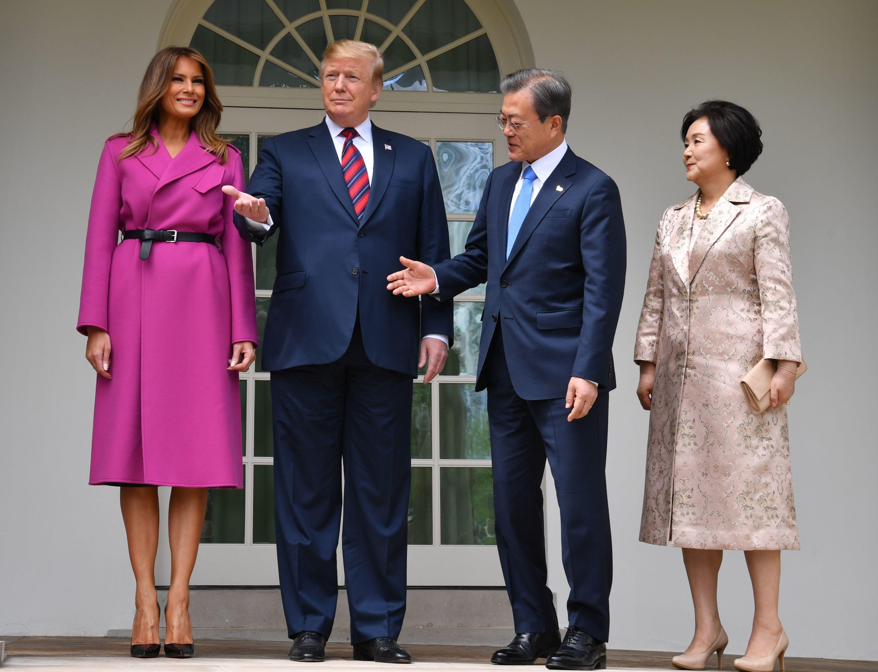Мелания Трамп в деловом образе – двубортном пальто лилового цвета