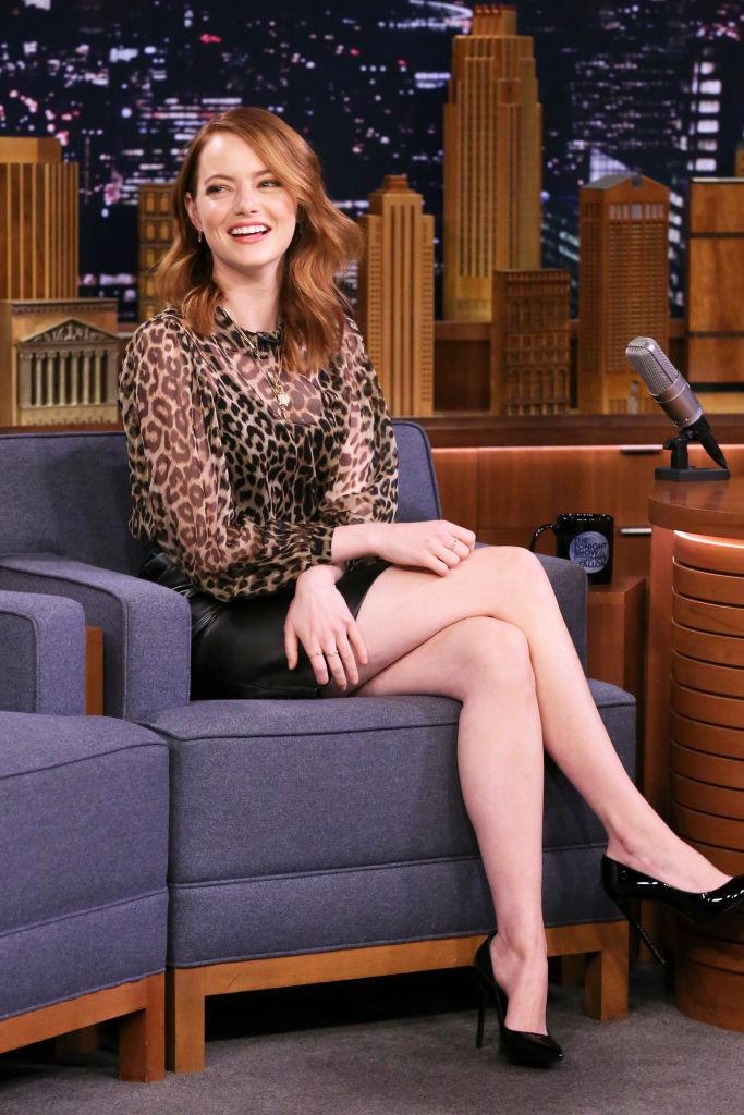 Эмма Стоун в леопардовой блузе с черной юбкой