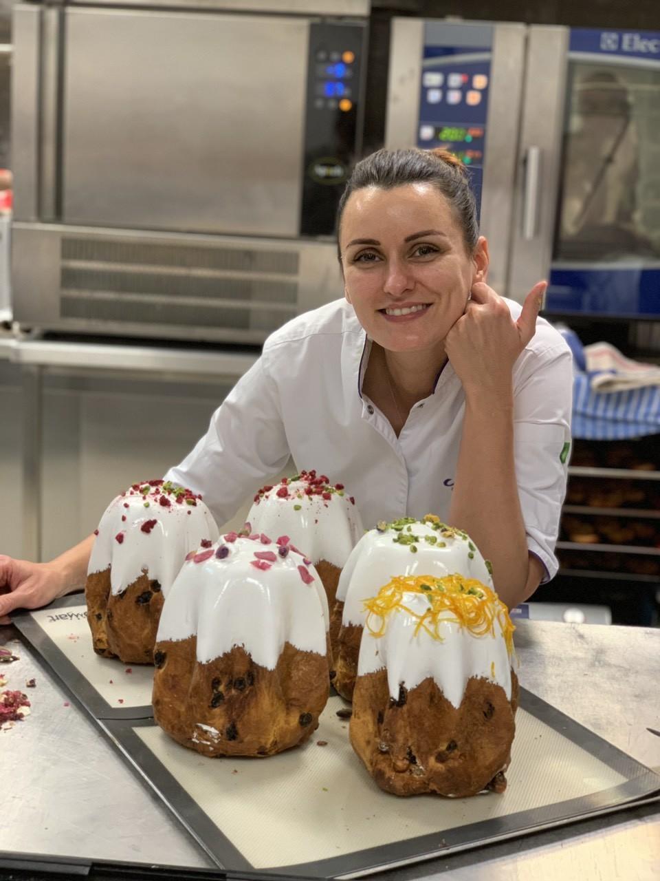 Лиза Глинская покрывает куличи швейцарской меренгой
