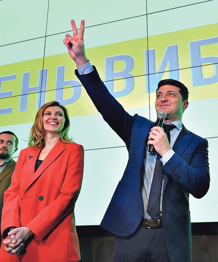Елена Зеленская и Владимир Зеленский во время оглашения результатов первого тура выборов