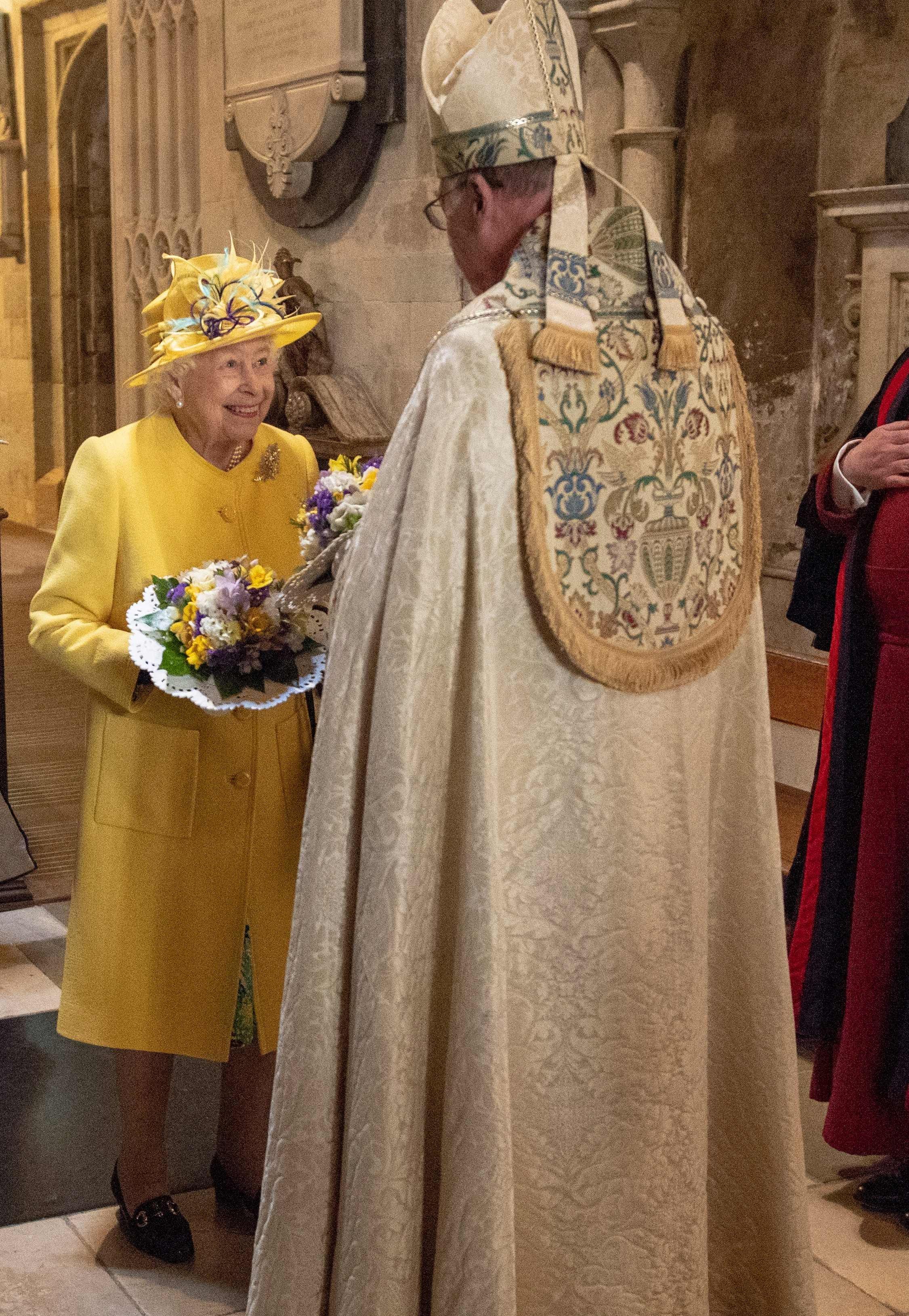 Елизавета II в ярко-желтом пальто