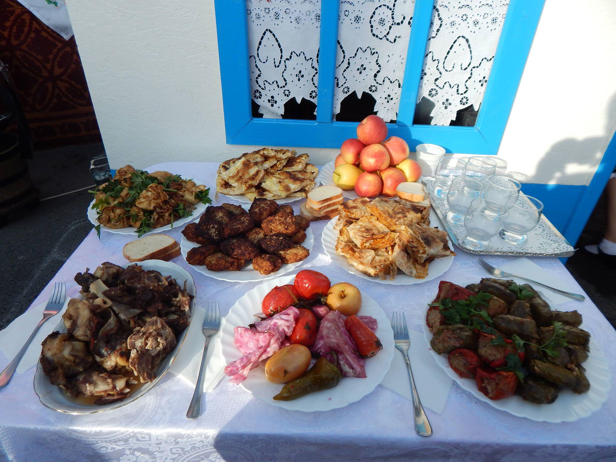 Блюда гагаузов. Среди угощений на столе — кыырма и каурма. Фрто: из архива О. Кулаксыз