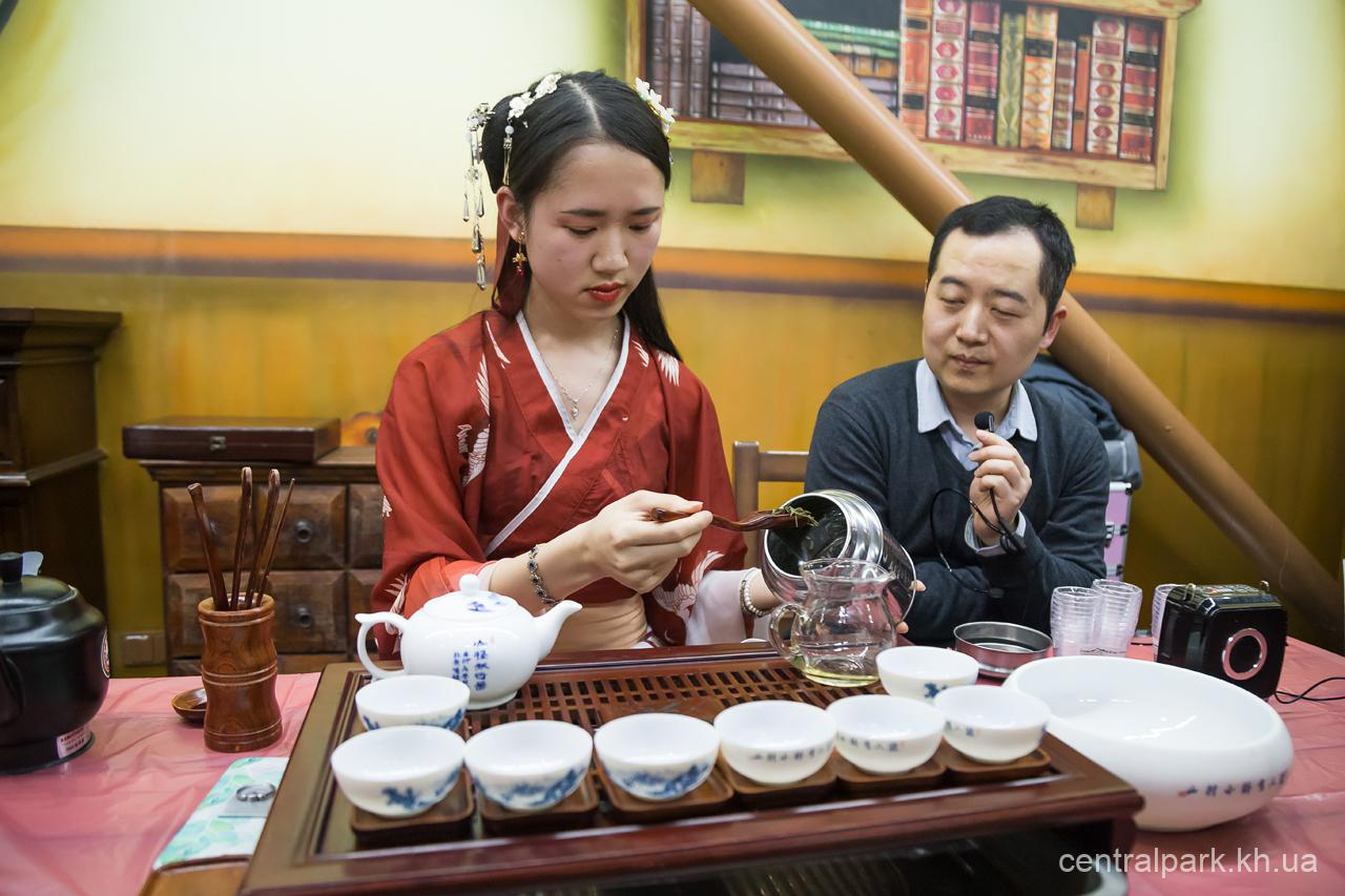 В Харькове. Китайцы проводят традиционную чайную церемонию. Фото: centralpark.kh.ua