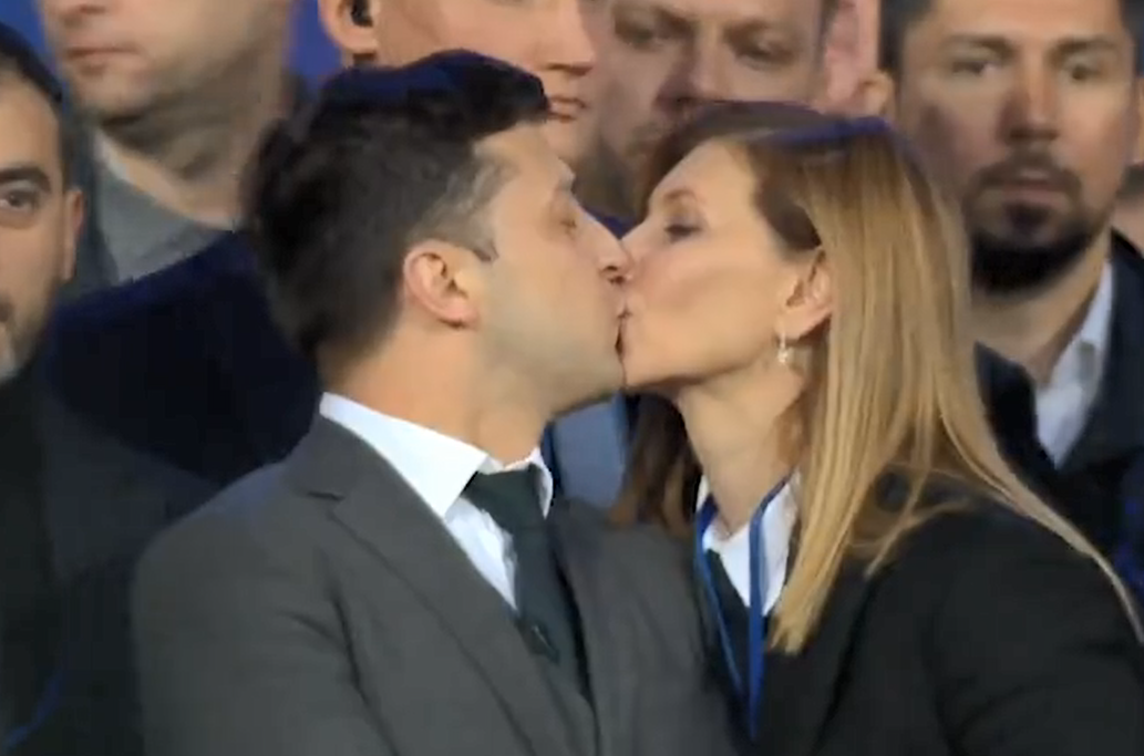 Жена Владимира Зеленского публично его поцеловала Фото: YouTube