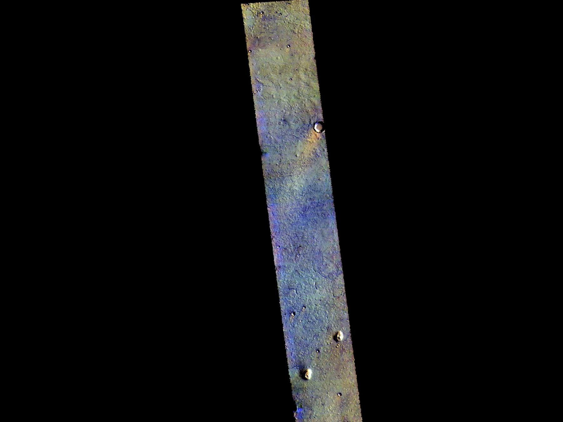 Полоска поверхности Марса, на которой видно базальтовые породы (темно-синий цвет)