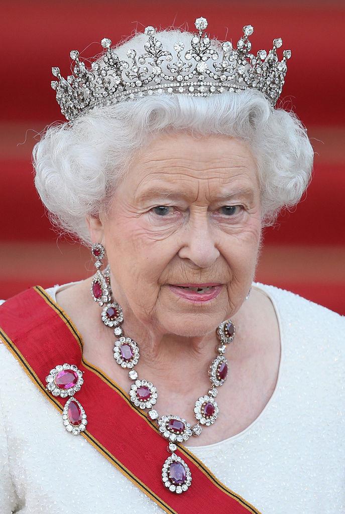 Рубиновая брошь королевы Виктории на груди королевы Елизаветы II