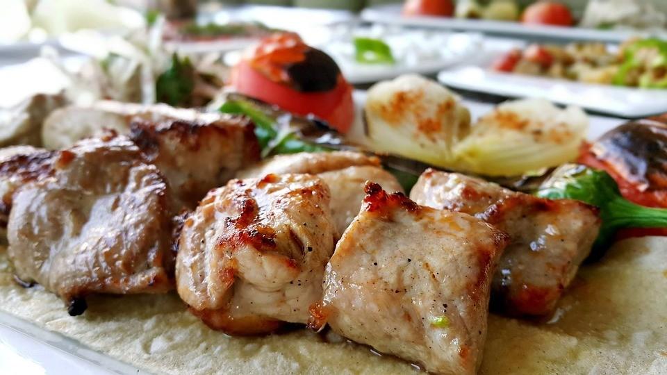 Шашлык из курицы с помидорами и чесноком