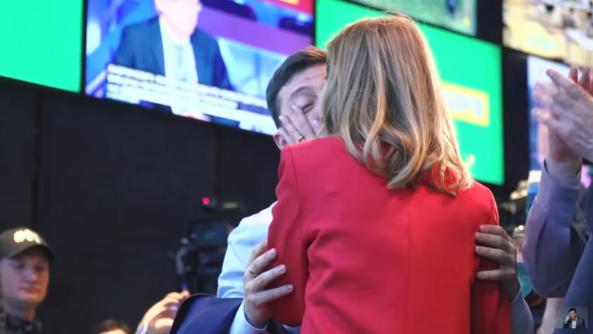 Поцелуй Владимира и Елены Зеленских Фото: YouTube
