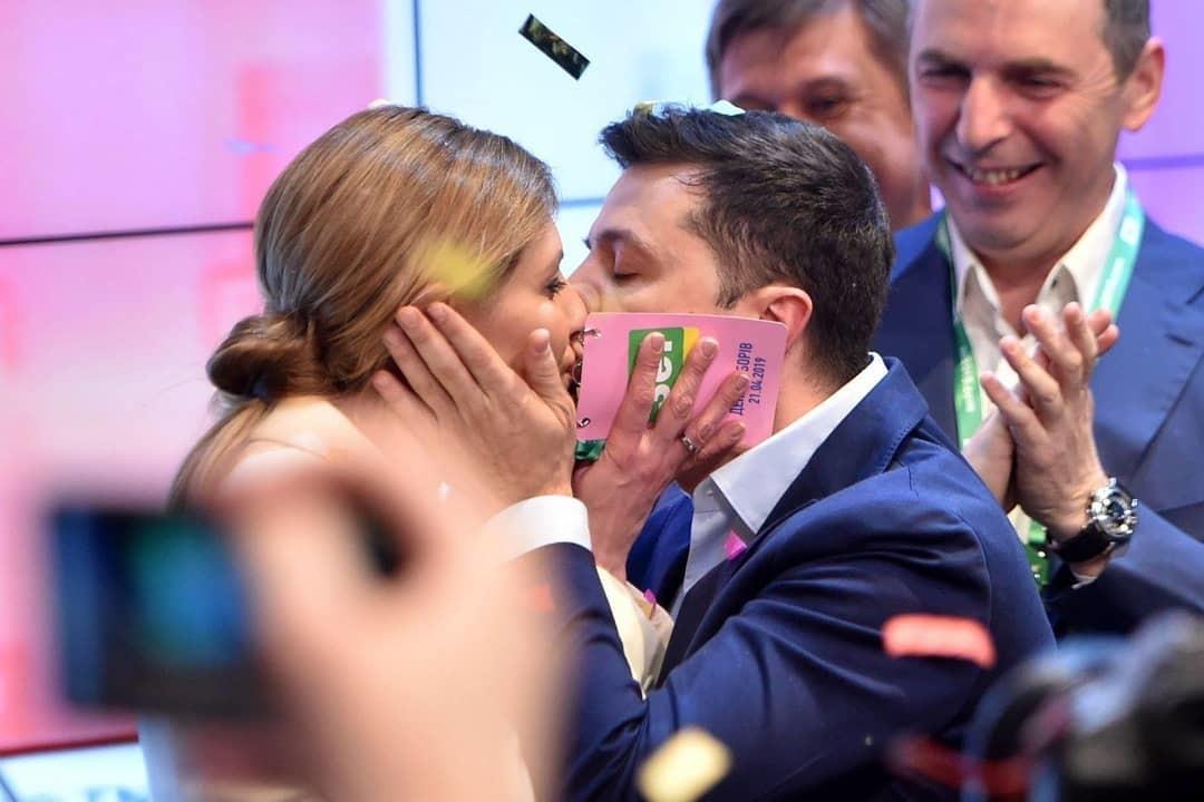 Владимир Зеленский с женой после оглашения первых результатов второго тура Фото: instagram.com/zelenskiy.fan