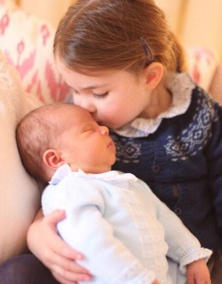 Принцесса Шарлотта целует новорожденного Луи