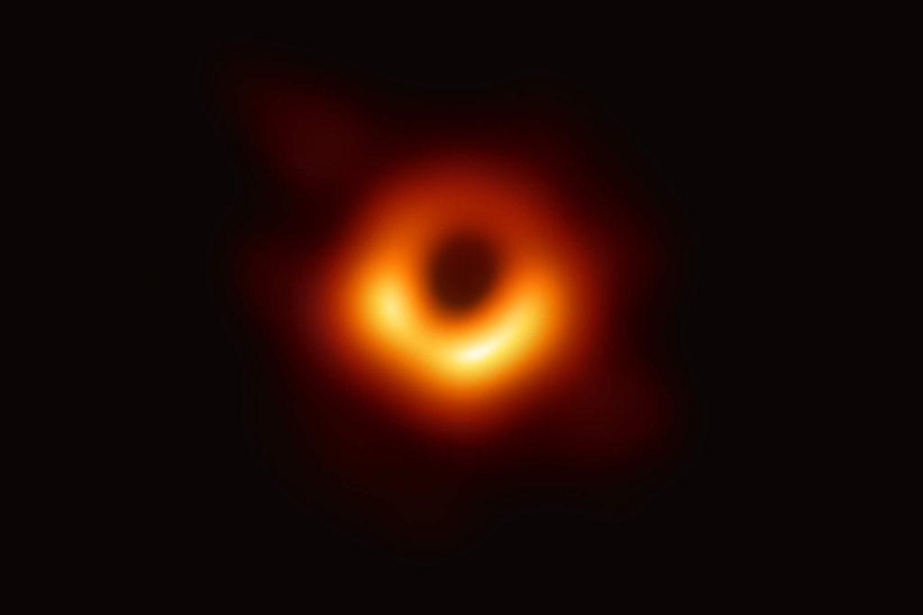 Первое фото черной дыры