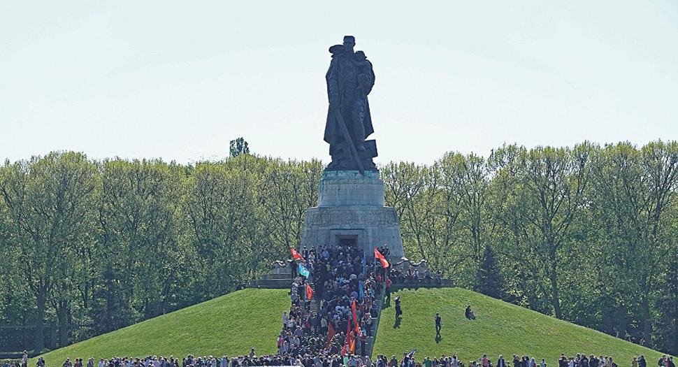В Трептов-парке Берлина. Толпа собирается праздновать 9 мая