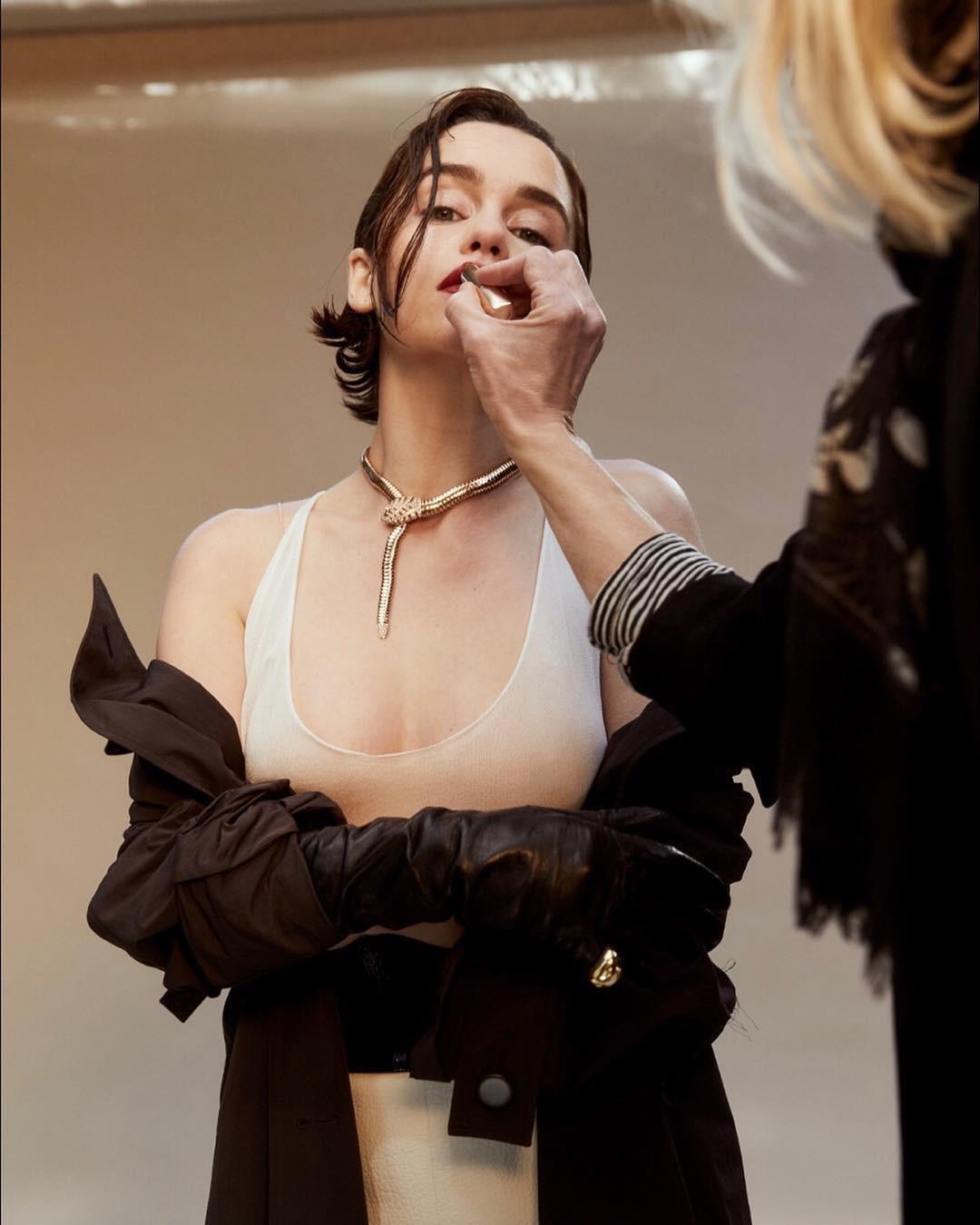 Эмилия Кларк демонстрирует ожерелье в форме змеи Bulgari Sacred Serpenti.