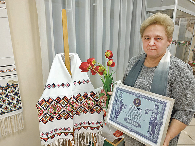 Любовь Романив. Пенсионерка-физик вышила 165 рушников