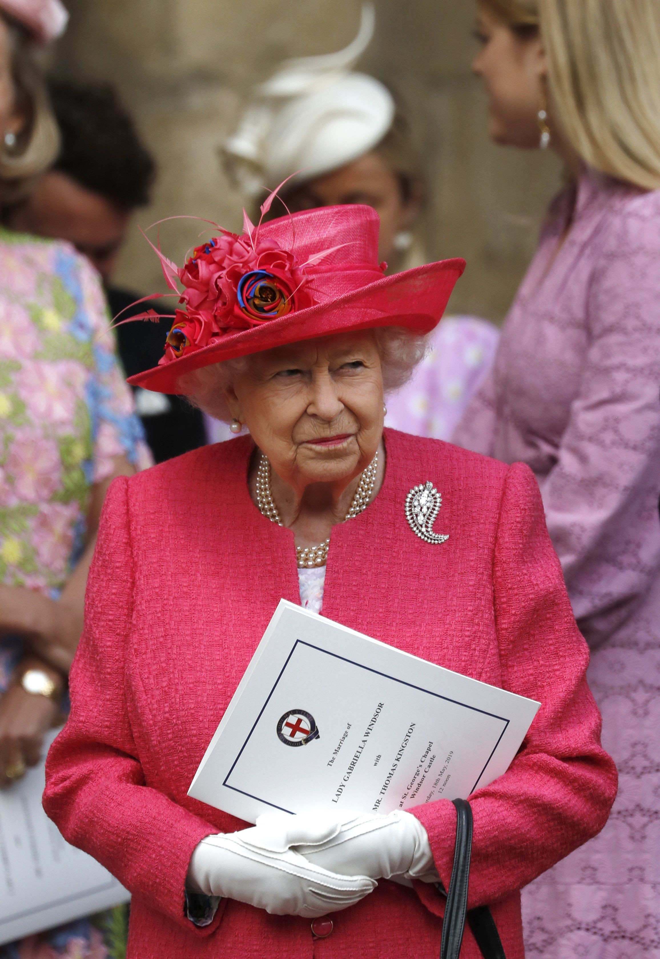 Праздничный наряд британской королевы