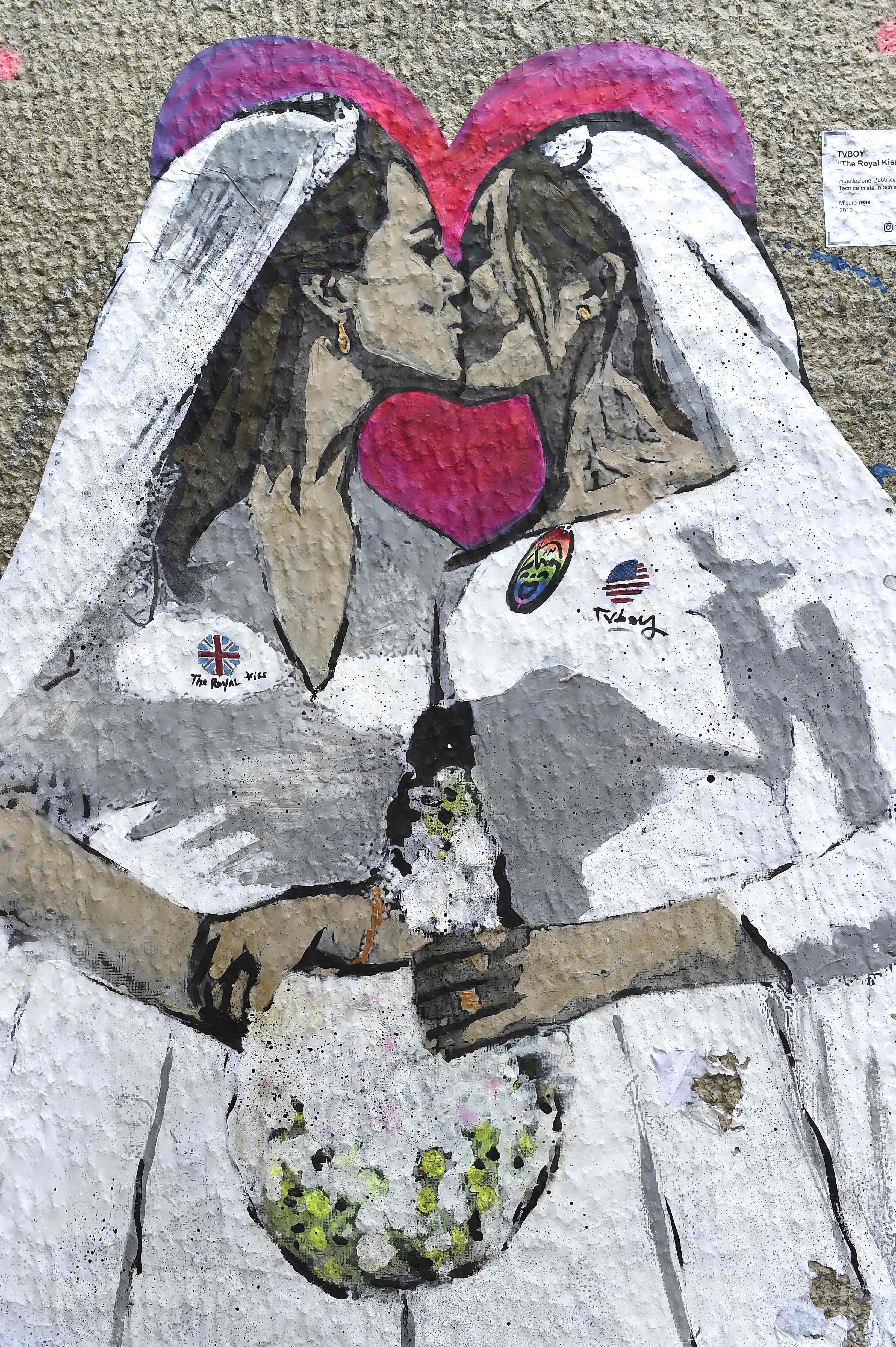 В Милане появился мурал с целующимися Кейт Миддлтон и Меган Маркл
