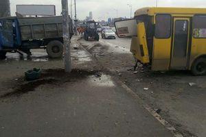 В Киеве столкнулись маршрутка и грузовик, движение на Южном мосту ограничено