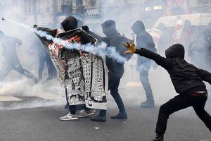 В Париже митинг против жестокости полиции разогнали слезоточивым газом