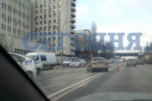 В центре Киева столкнулись две машины, есть пострадавшие