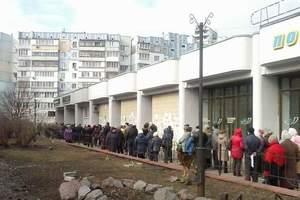 В Киеве возле банков выстроились гигантские очереди