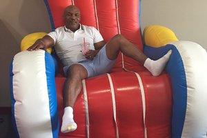Майк Тайсон посидел на надувном троне