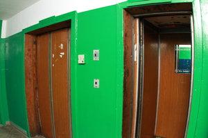 В Киеве планируют обновить более 200 старых лифтов