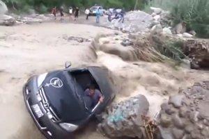 Грязевой поток снес автомобиль с водителем внутри