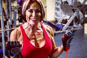 Comment rester en bonne santé et actif dans plus de 70 ans: retraité-bodybuilder ravit figure