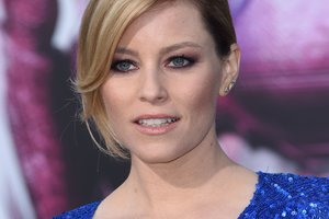 43-year-old actress Elizabeth banks appeared at the premiere in a Romper with a deep neckline