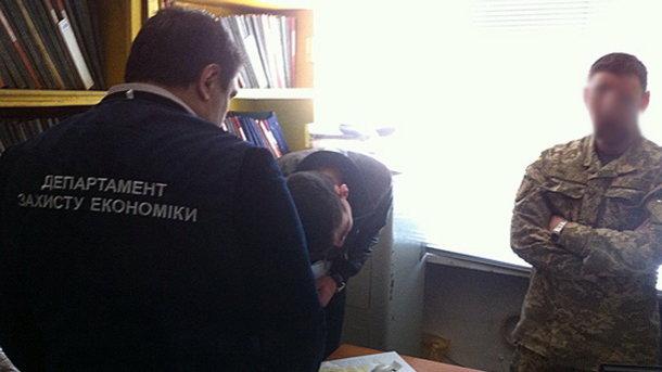 ВЗапорожье у схваченного завзятку военкома отыскали печать с русским гербом