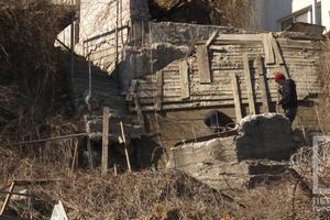 Оползень в Черноморке уничтожил несколько лестниц засыпал часть пляжа