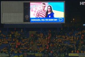 Хорватский болельщик сделал предложение украинке во время матча Хорватия - Украина