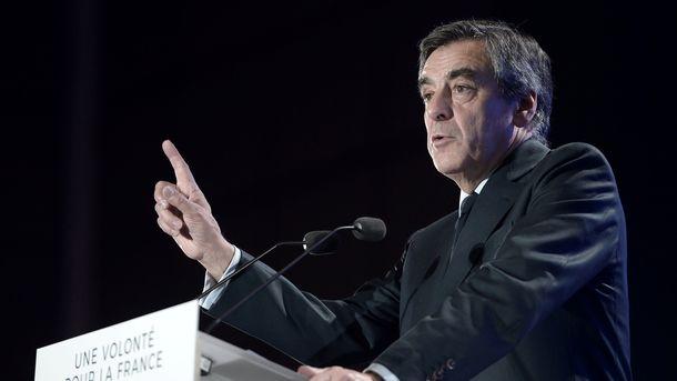 Франсуа Фийон вернул подаренные ему другом дорогие костюмы