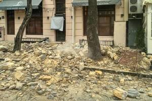 В центре Одессы рухнула часть стены старинного жилого дома