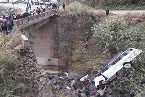 Жуткая авария в Индии: пассажирский автобус слетел в реку